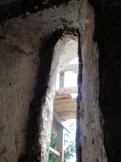Középkori ablak feltárása.